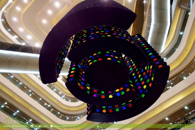 而吊在廣場中央的七彩繽紛裝置,其實是長期記憶球存儲區。