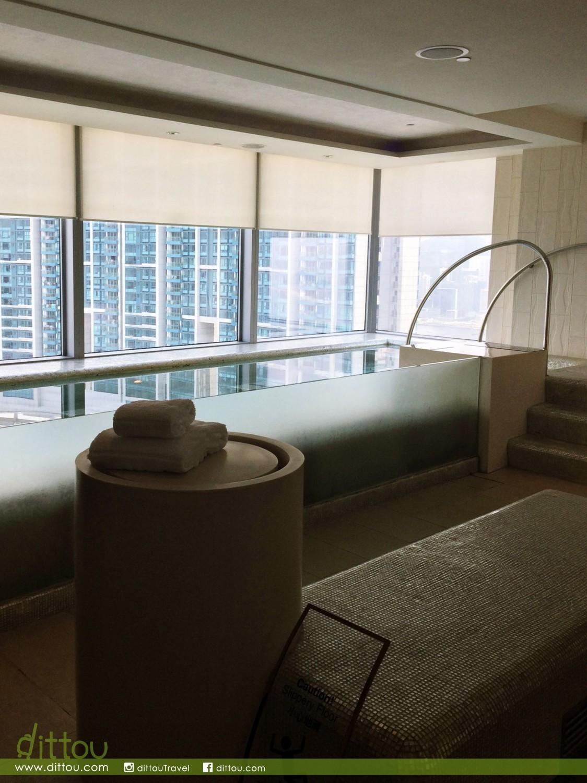 換上泳衣之後,推門出去就是桑拿室、蒸氣室和暖水按摩浴池。