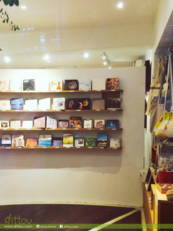 偌大舒適的店裡,唱片和音樂會周邊商品,整齊地陳列在架上。