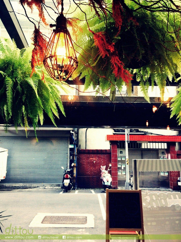每次窩在小區裡的咖啡店,都很喜歡從店內拍店外的風景。