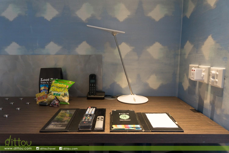 房間設有簡單的工作桌